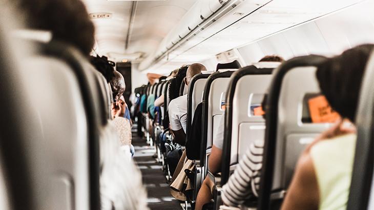 Parte interna do avião e passageiros